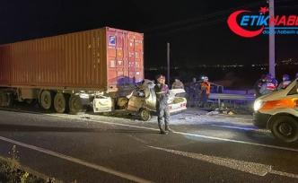 İzmir'de otomobil tıra çarptı: 1 ölü