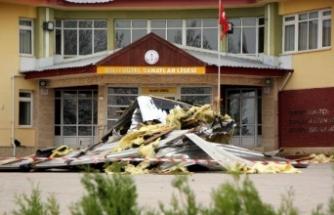 Bolu'da, şiddetli rüzgar lisenin çatısını uçurdu