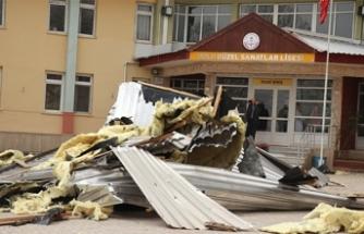 Bolu'da şiddetli rüzgar okulun çatısını uçurdu