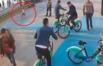 Belediye çalışanı çocuğu otobüs altında kalmaktan kurtardı