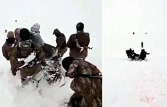 Kato'da donma tehlikesi geçiren korucu, böyle dağdan indirildi
