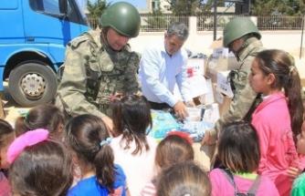 Mehmetçikten Suriyeli çocuklara 23 Nisan hediyesi