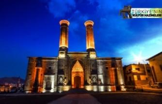 Çifte Minareli Medrese'ye turist ilgisi