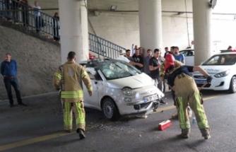 E-5'te otomobil takla attı! 2 kişi araçta sıkıştı