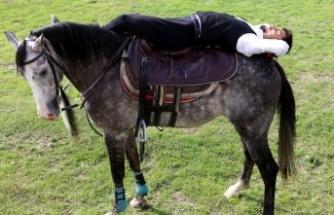Cüneyt Arkın hayranlığı atlı akrobat yaptı