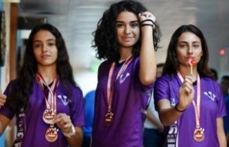 Okul sığınağında yetişen şampiyon kızlar