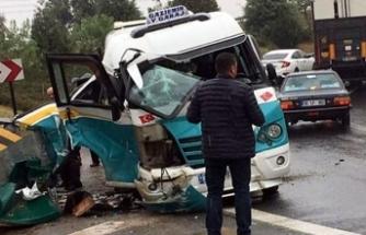 İzmir'de yolcu minibüsü bariyere çarptı: 3 yaralı