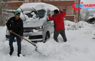 Kars'ta kar yağışı sürücüleri hazırlıksız yakaladı