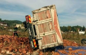 Tarlaya uçan kamyondaki tuğlalar, Suriyelilerin üzerine devrildi: 4 yaralı