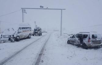 Öğretmenleri taşıyan servis minibüsü otomobille çarpıştı: 23 yaralı