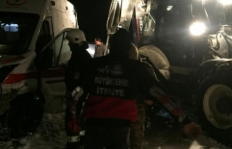 Taksi, devrilen ambulansa çarptı: 10 yaralı