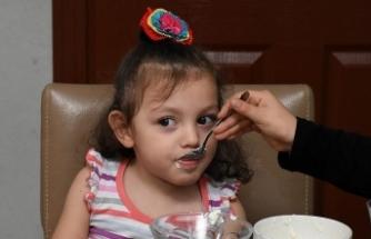 Yemek borusu zarar gören minik Defne'ye 30 ameliyat