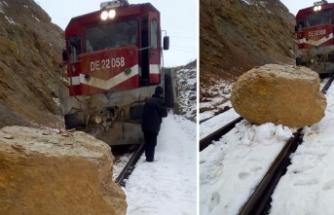 Van Gölü Ekspresi demir yoluna düşen kayaya çarptı