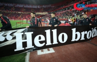A Milli Futbol Takımı ısınmaya 'Hello brother' yazılı pankartla çıktı