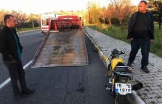 Köpeklerin kovaladığı motosiklet devrildi: 2 ağır yaralı