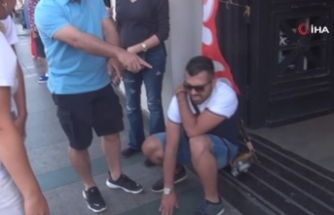 Taksim'de bir binadan kopan parça yoldan geçen turistin üzerine düştü