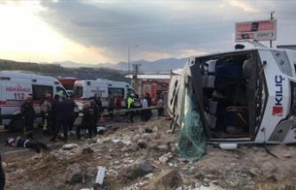 Kayseri'de işçi servis midibüsü devrildi: 20 yaralı