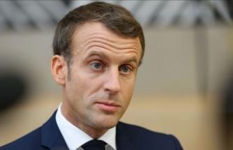 Macron'un bulunduğu tiyatro salonuna girmeye çalışan eylemcilerden protesto