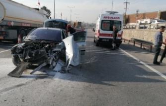 Gebze'de bariyerlere çarpan otomobil hurdaya döndü: 2 yaralı