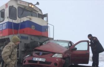 Kars'ta yük treninin hemzemin geçitte çarptığı otomobildeki 3 kişi öldü