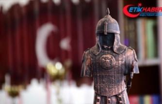 Sultan Alparslan'ın zırhı ve silahlarını mini heykellerle tanıtıyorlar