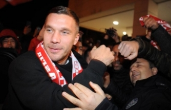 Antalyaspor, Lukas Podolski ile sözleşme imzaladı