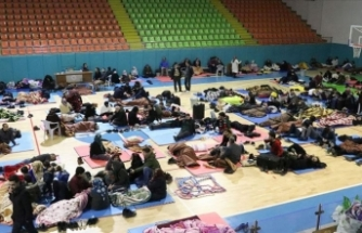 Depremden etkilenen bazı Elazığlılar geceyi spor salonunda geçirdi