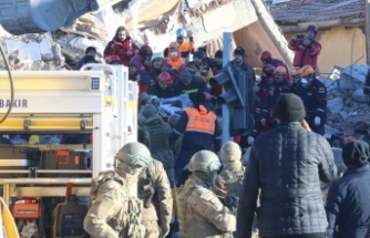 Elazığ'daki deprem sonrası arama kurtarma çalışmaları devam ediyor
