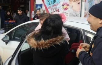 Otomobilde mahsur kalan bebeği itfaiye kurtardı