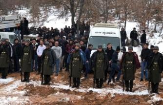 Şehit cenazesinde bir grup genç üşümesinler diye montlarını askerlere giydirdi