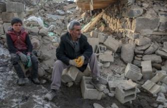Yıkılan evinin enkazından eşi ve 2 çocuğunu kurtardı