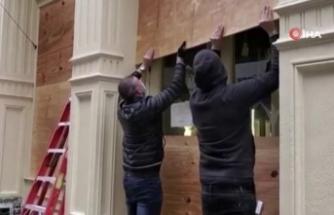 New York'ta mağaza vitrinleri yağmalamaya karşı tahta plakalarla kapatıldı