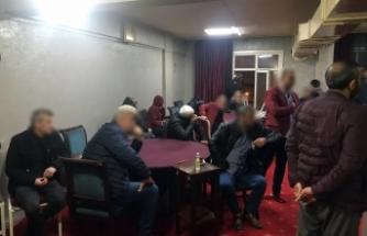 Korona virüs hiçe sayıp kahvehanede oyun oynayan 26 kişi gözaltında