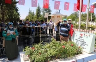 15 Temmuz kahramanı şehit Halisdemir'in kabrinde ziyaretçi yoğunluğu