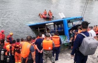Çin'de öğrenci otobüsü gölete düştü: 21 ölü