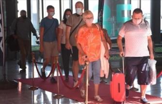 Muğla'ya gelen İngiliz turistler, kırmızı halıyla karşılandı