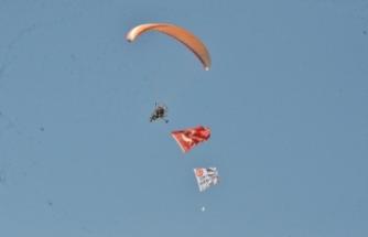 Paramotorla 15 Temmuz şehitleri anısına saygı uçuşu yaptı