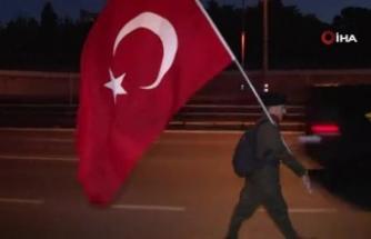 Türk bayrağıyla birlikte 15 Temmuz Şehitler anıtına doğru yürüyüşe geçti