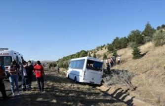 Ankara'da yolcu otobüsü servis aracına çarptı: 1 ölü, 8 yaralı