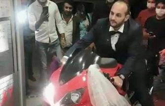 Edirne'de motosiklet tutkunu damat düğün salonuna motosikletle girdi