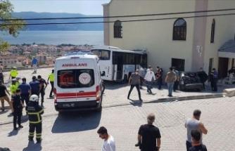 Kocaeli'de jandarma personelini taşıyan midibüs kaza yaptı