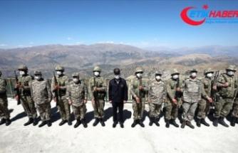 Milli Savunma Bakanı Akar ve komutanlardan Irak sınır hattındaki birliklere denetleme