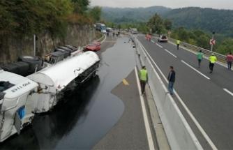 Bolu Dağı yolunda otomobile çarpan tanker devrildi yolu zift kapladı