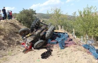 Freni tutmayan üzüm yüklü traktör uçuruma düştü: 2 yaralı