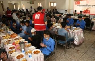 Suriye'de şehit olan Türk Kızılay personeli için Pakistan'da yetimlere yemek dağıtılacak