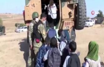 Mehmetçik Rasulayn'daki çocukları zırhlı araçlar ile okula taşıyor