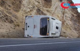 Sivas'ta işçi servisi devrildi: 26 yaralı