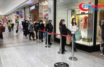 Alışveriş merkezlerinde 'Efsane Cuma' yoğunluğu yaşanıyor