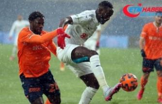 Başakşehir - Sivasspor maçında yoğun kar yağışı