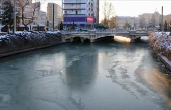 Eskişehir'den geçen Porsuk Çayı buz tuttu